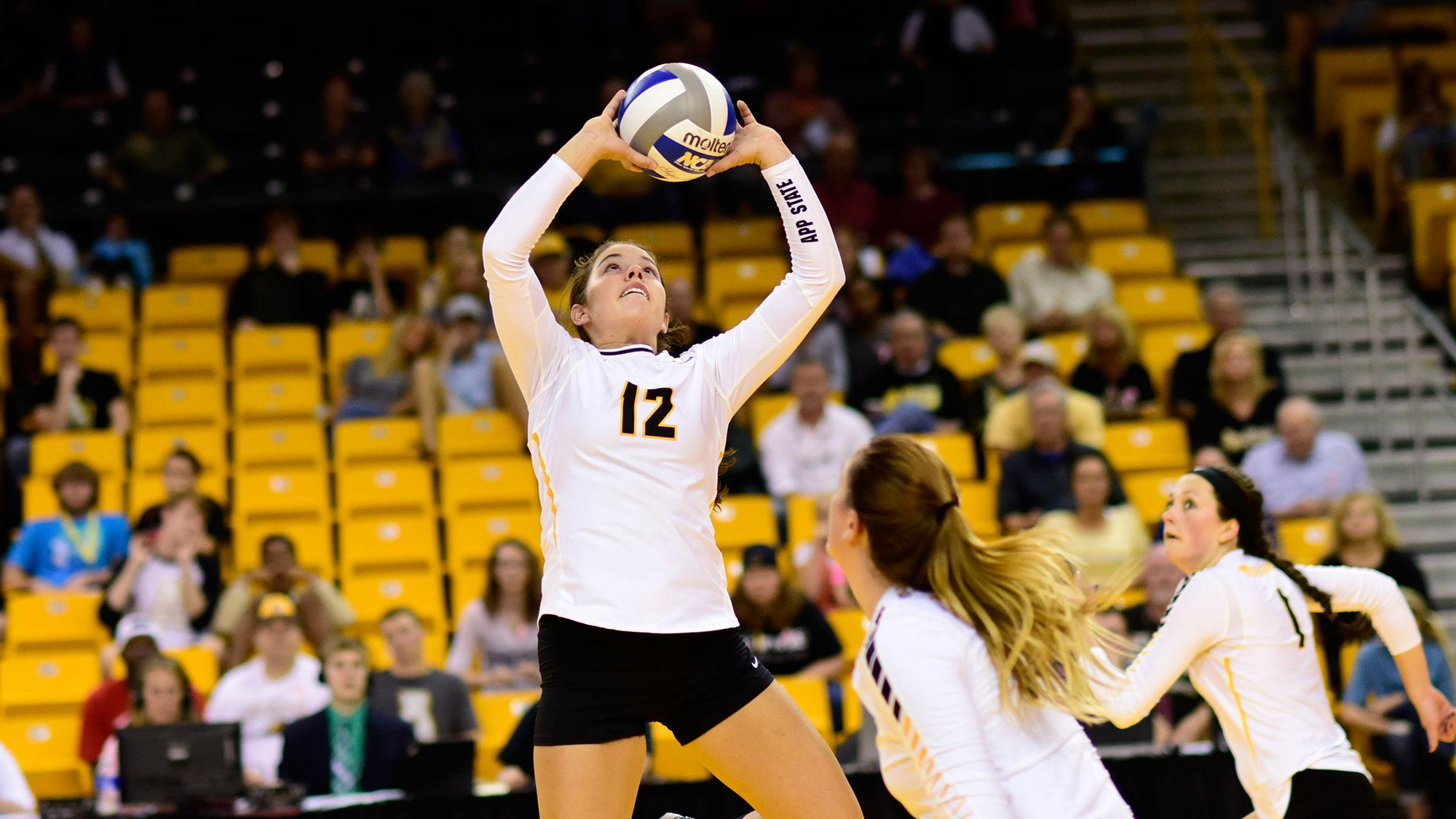 Volleyball extends win streak to 10