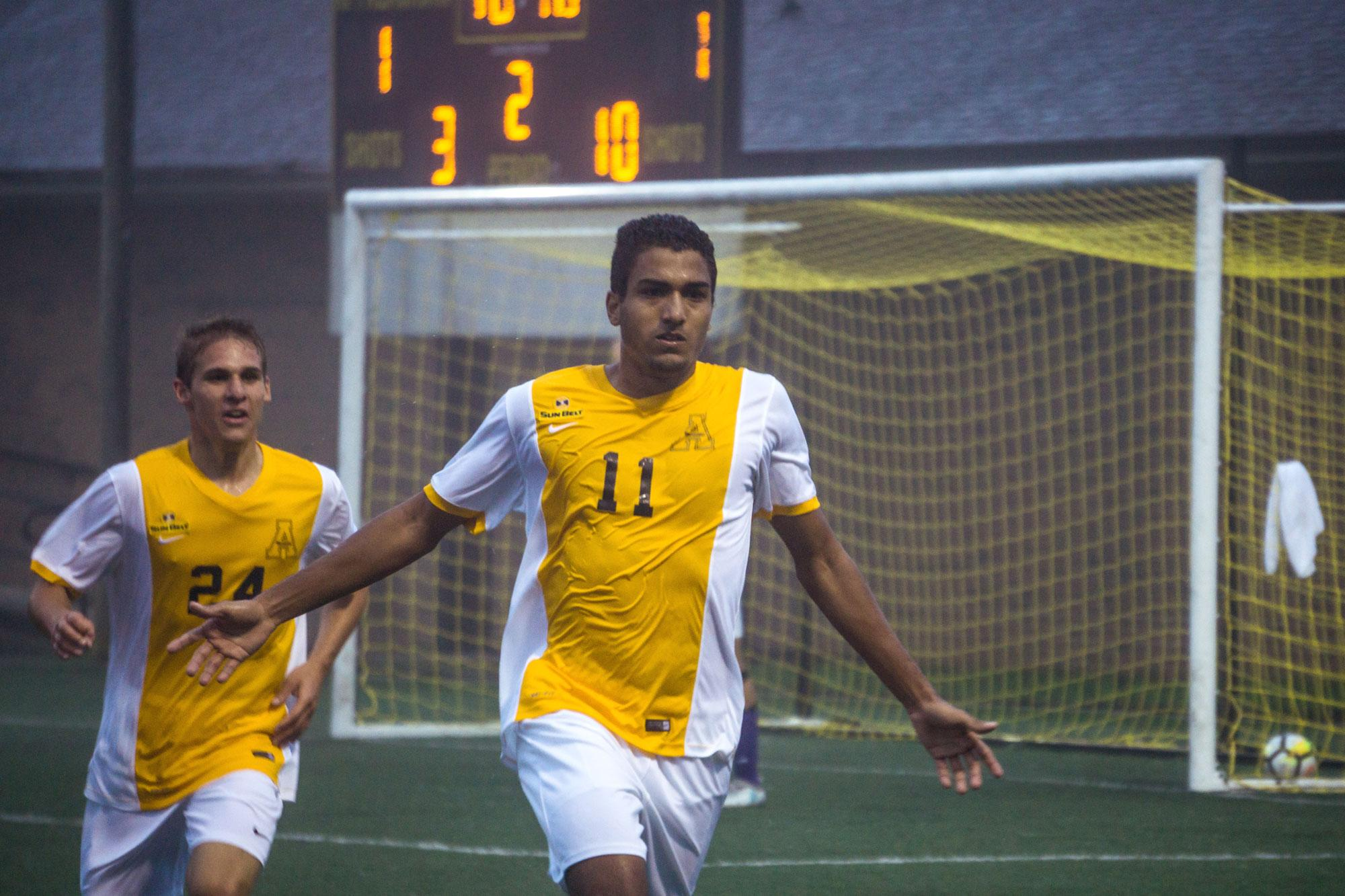 Defensive battles end in undefeated weekend for men's soccer