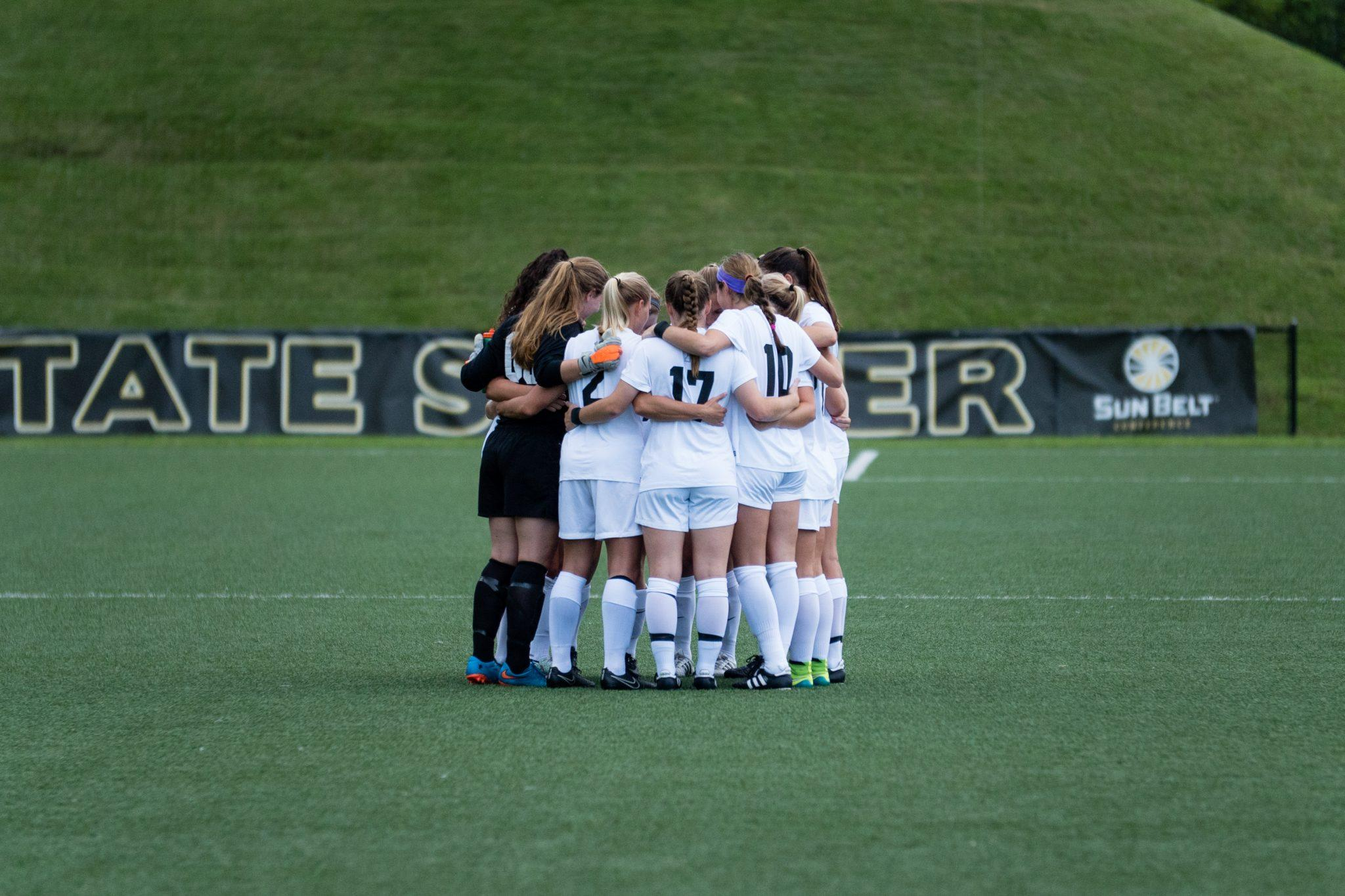 The+App+State+women%27s+soccer+team+huddles+up+on+the+field+before+facing+Western+Carolina+on+Thursday+night.+Photo+by+Maleek+Loyd