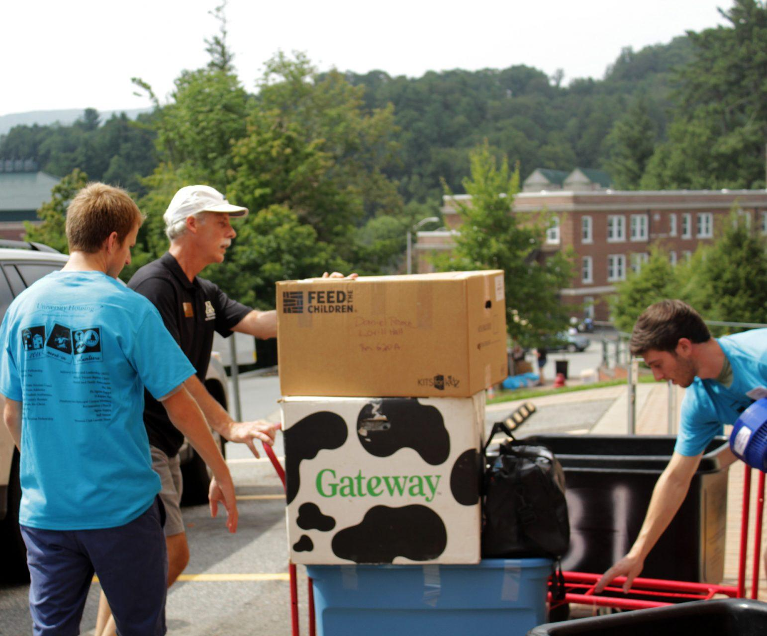 Parent+Association+member+Don+Grosse+helps+a+student+move+into+Lovill+Hall.+Move-in+volunteers+welcomed+new+and+returning+students+to+their+residence+halls+on+Friday.+